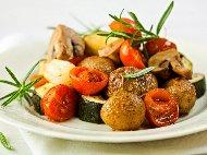 Рецепта Печени картофи и тиквички соте на фурна с масло, копър и чесън на фурна